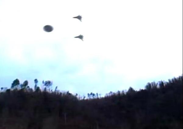 ufo close to 2 airplanes